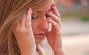 К чему горит и краснеет лицо у женщин? приметы по дням недели